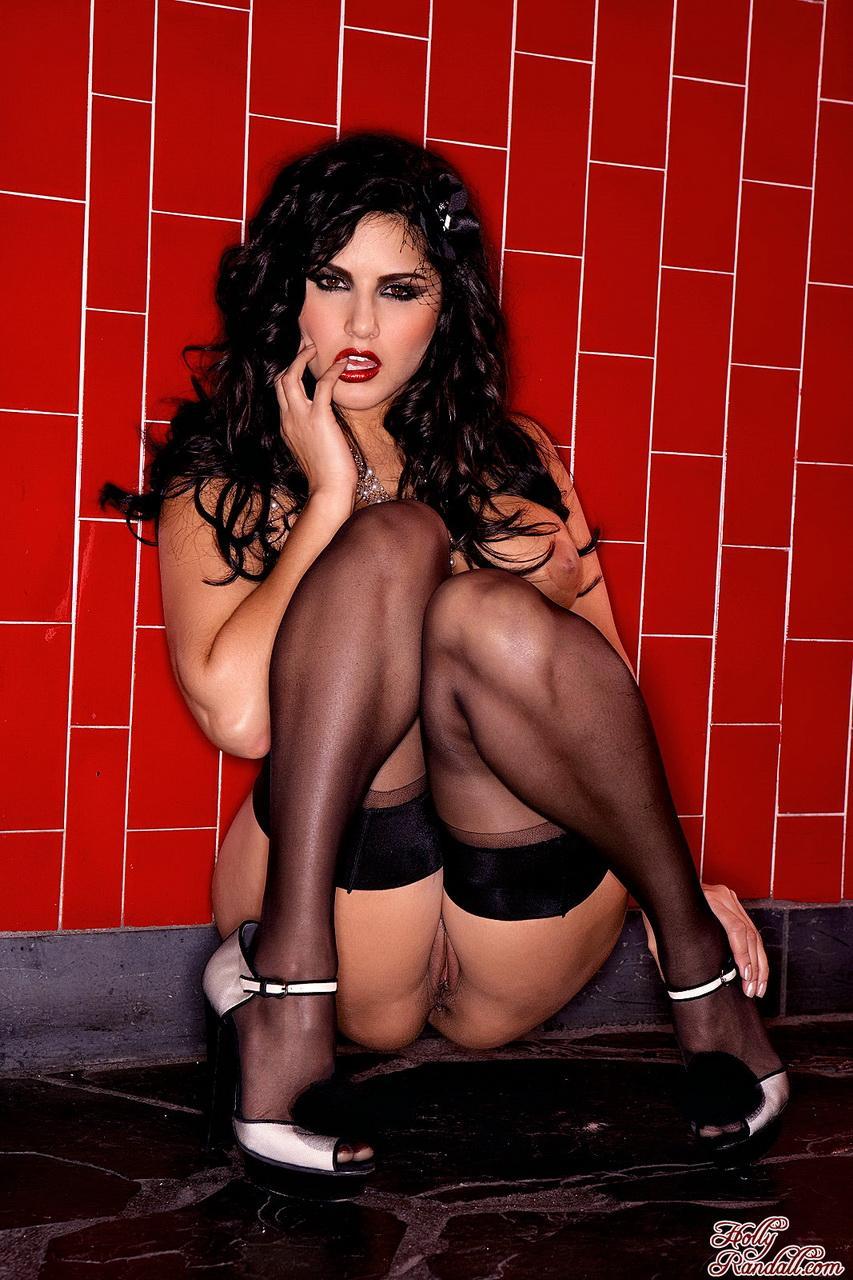 Этническая леди в нижнем белье с сигаретой Sunny Leone раздвигает ноги в чулках и показывает свою пизду