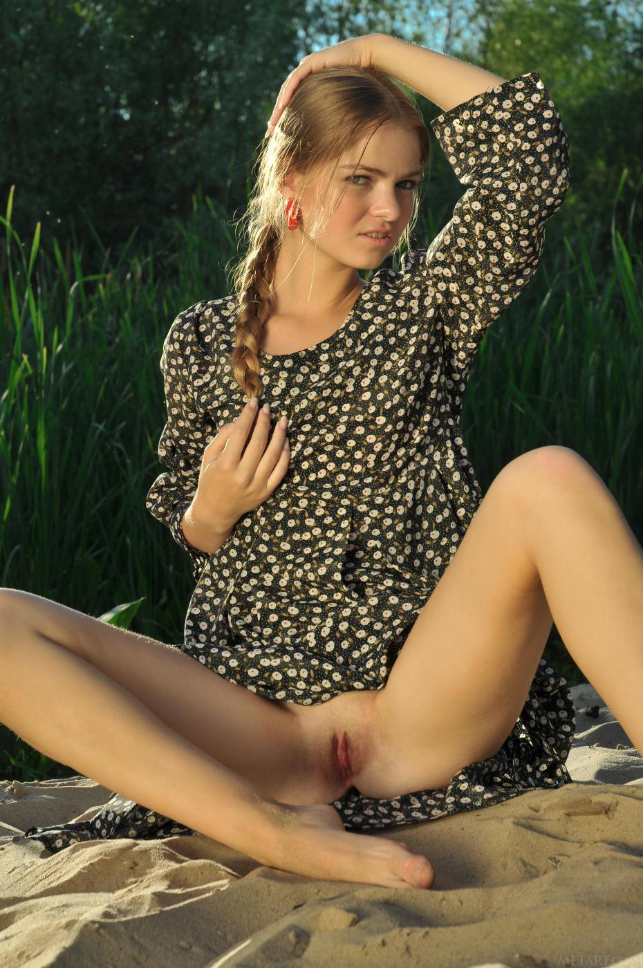 Медленно раздвигая ноги, Bridgit A без трусиков, показывает свою бритую киску на улице