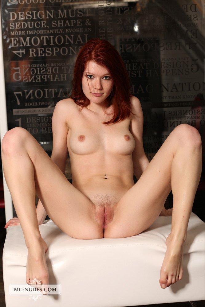 Очаровательная рыжеволосая девушка Mia Sollis показывает свое невероятное тело в эротической фотосессии