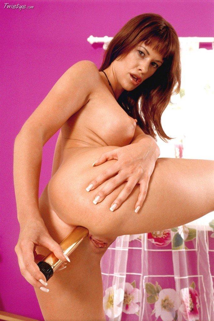 Рыжая девочка с выпирающей грудью Tessa Jonson вытрахивает свою сочную киску и попку золотистым дилдо