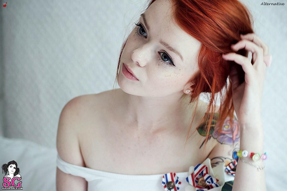 Рыжая эро модель из Шотландии сильно татуированна