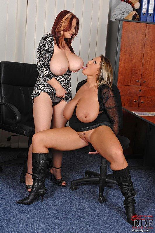 Joanna Bliss и Laura M трогают огромные сиськи друг друга в офисе