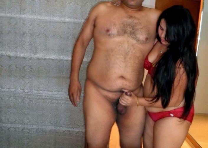 Пухленькая голая длинноволосая девушка целуется и держится за хуй парня руками