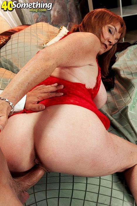 Зрелая дамочка целуется с кавалером и делает глубокий минет