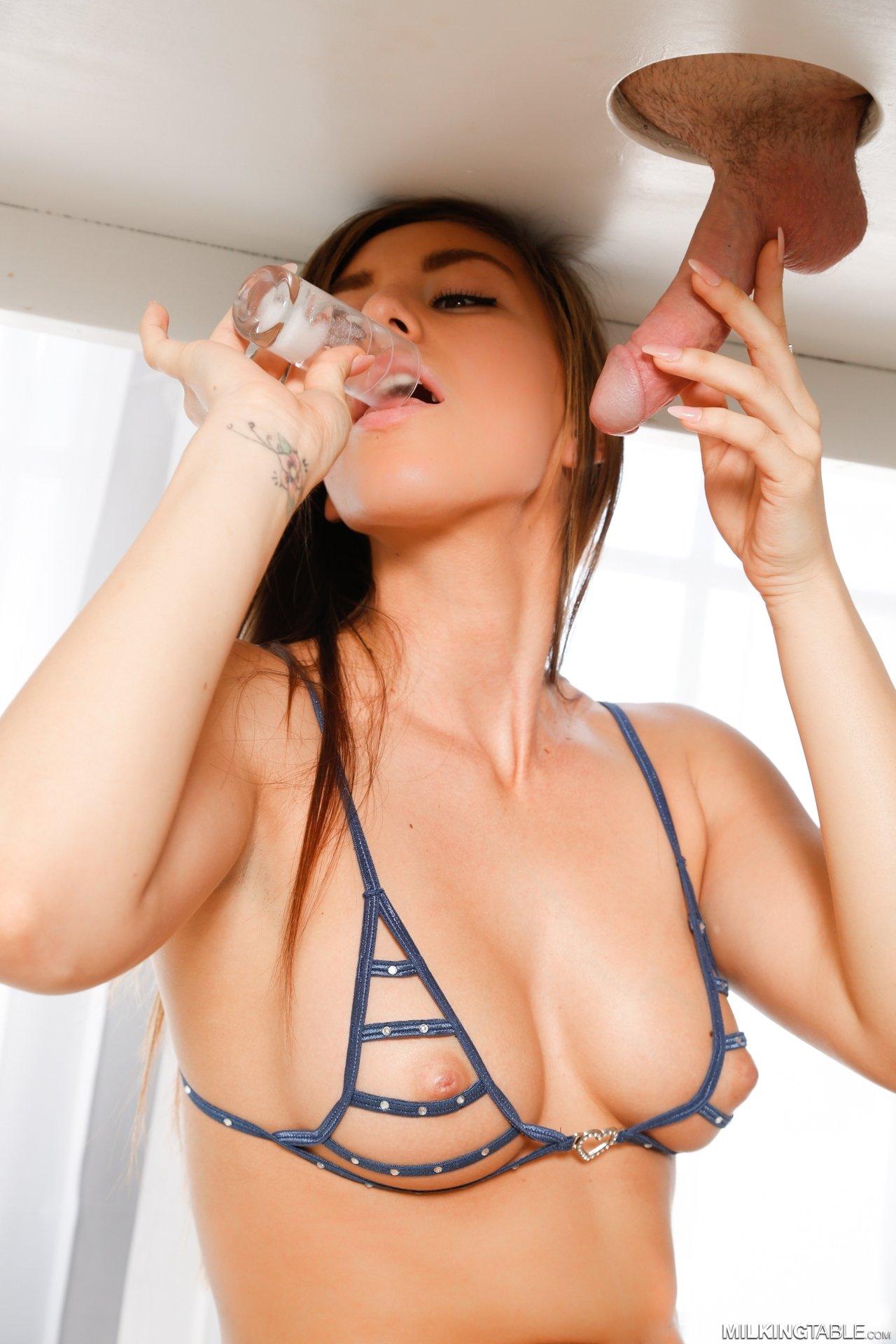 Массажистка выпила сперму клиента