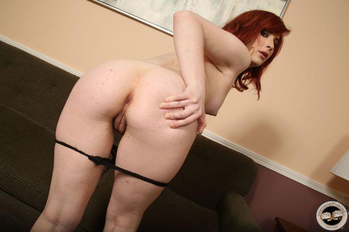 Прекрасная рыжая самочка на порно фото позирует с пиздой после кремпая