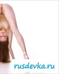 Голая спортсменка показывает акробатические движения