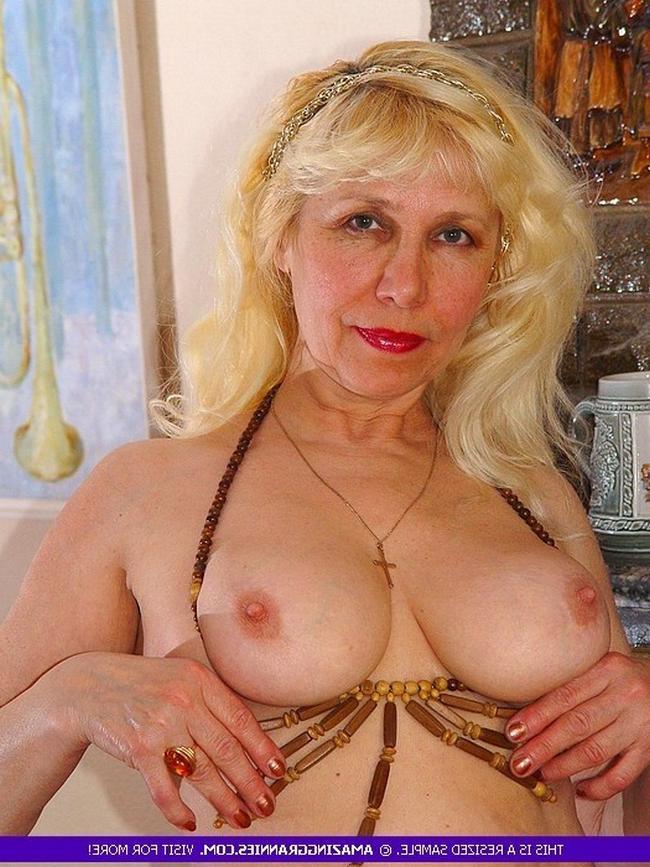 Бабуля не отказала внуку и показала свое горячее тело порно фото