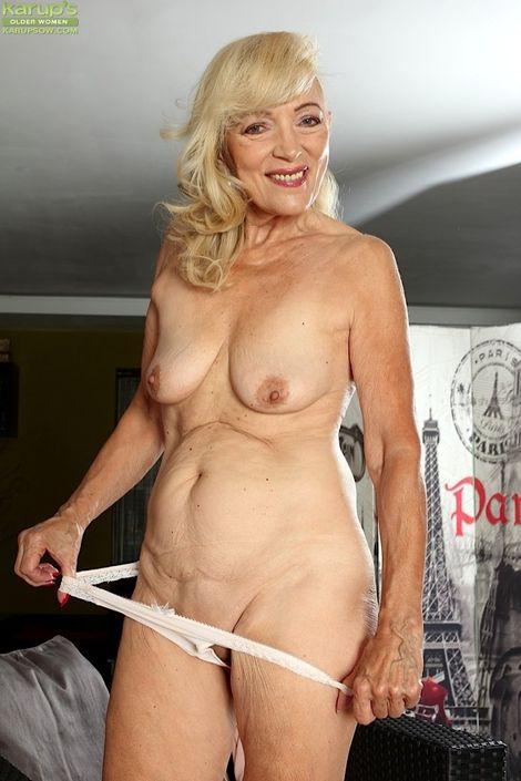Милая бабушка полностью раздевается для показа своих голых сисек и пизды