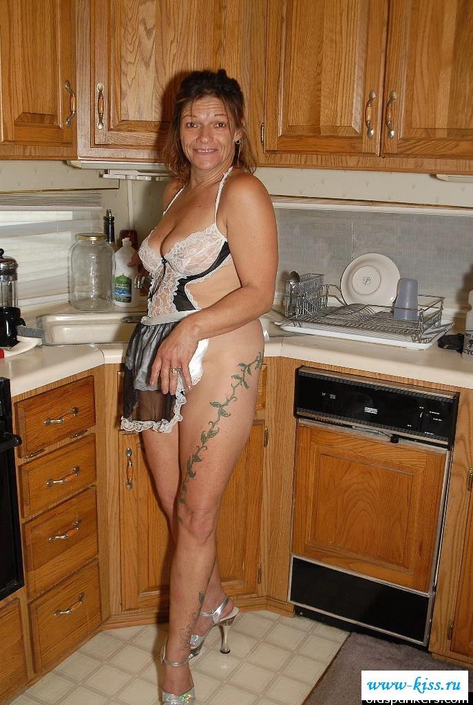 Раздетая пенсионерка в фартуке на кухне