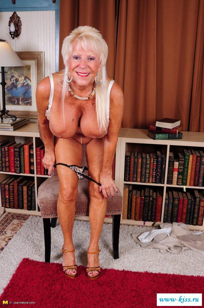 Шаловливая голая бабка снимает деловой костюм