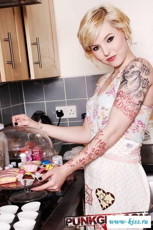 Татуированная голая повариха