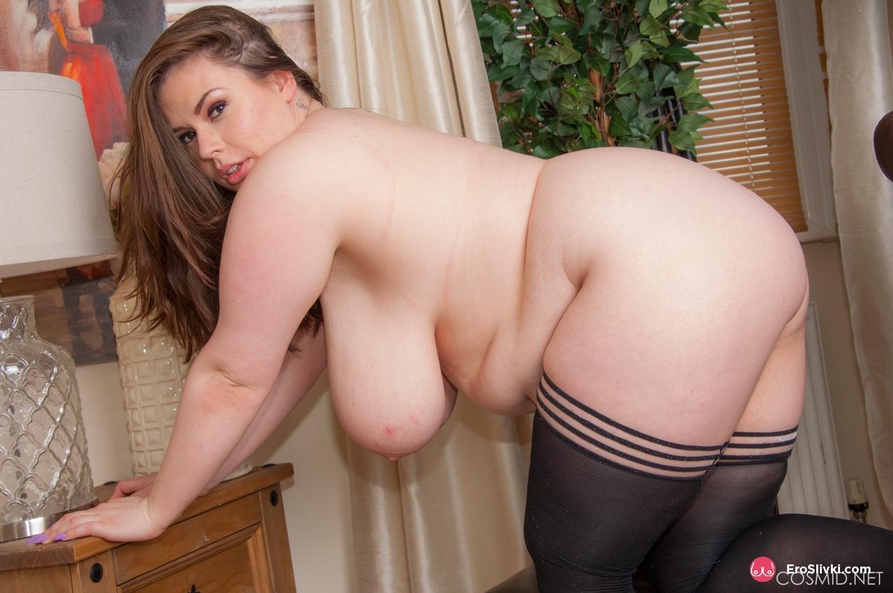 Толстушка Джорджина выставляет напоказ массивные сиськи и теребит лысую манду