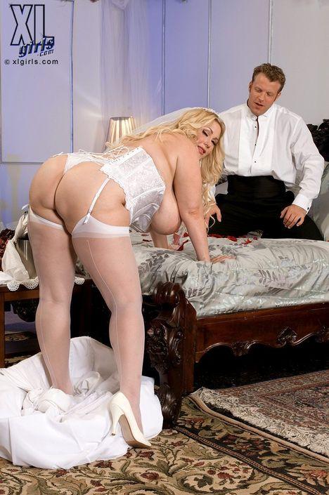 Жених поебывает толстенькую невесту в нарядном белом платье