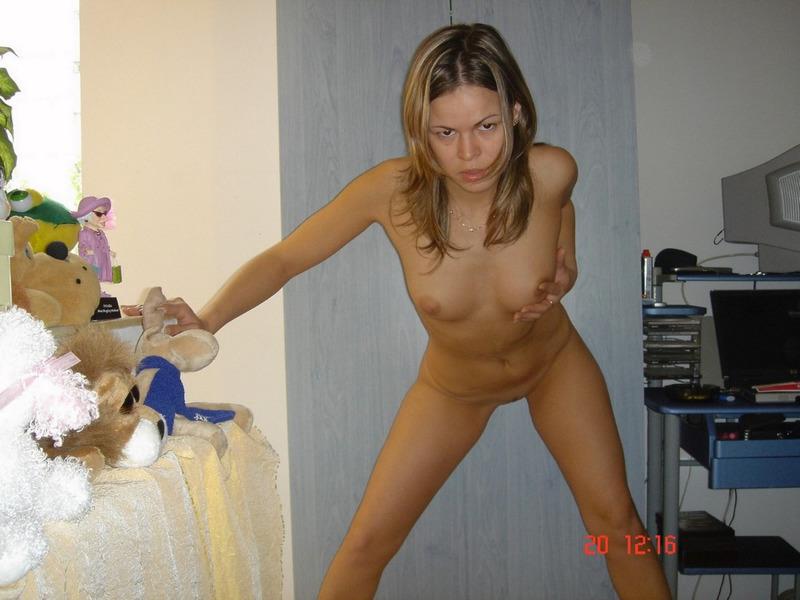 Деваха принимает душ и валяется на кроватке