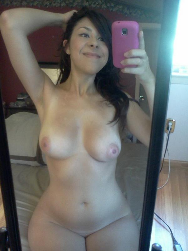Грудастая сучка любит снимать отражение в зеркале