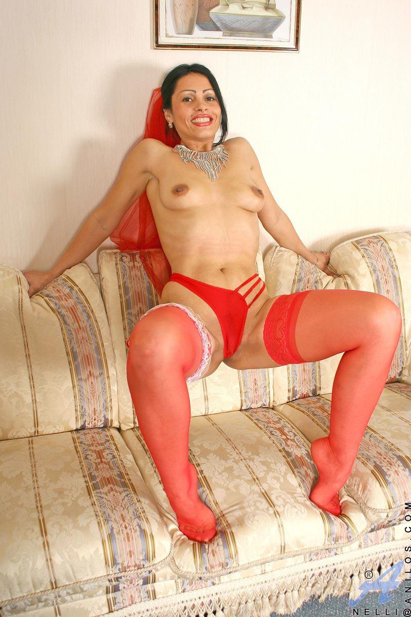 Зрелая брюнетка Nelli Anilos чудесно выглядит в красном белье и чулках