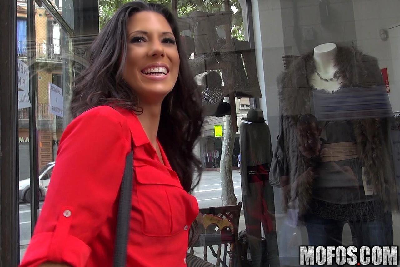 Брюнетка познакомилась с бизнесменом в элитном магазине