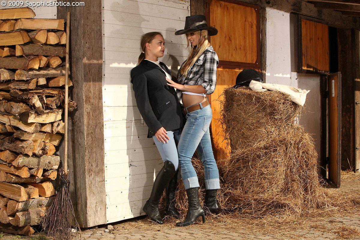Девушки в одежде жокеев Mya Sapphic и Aneta J снимают свои узкие джинсы чтобы поиграть с узенькими кисками