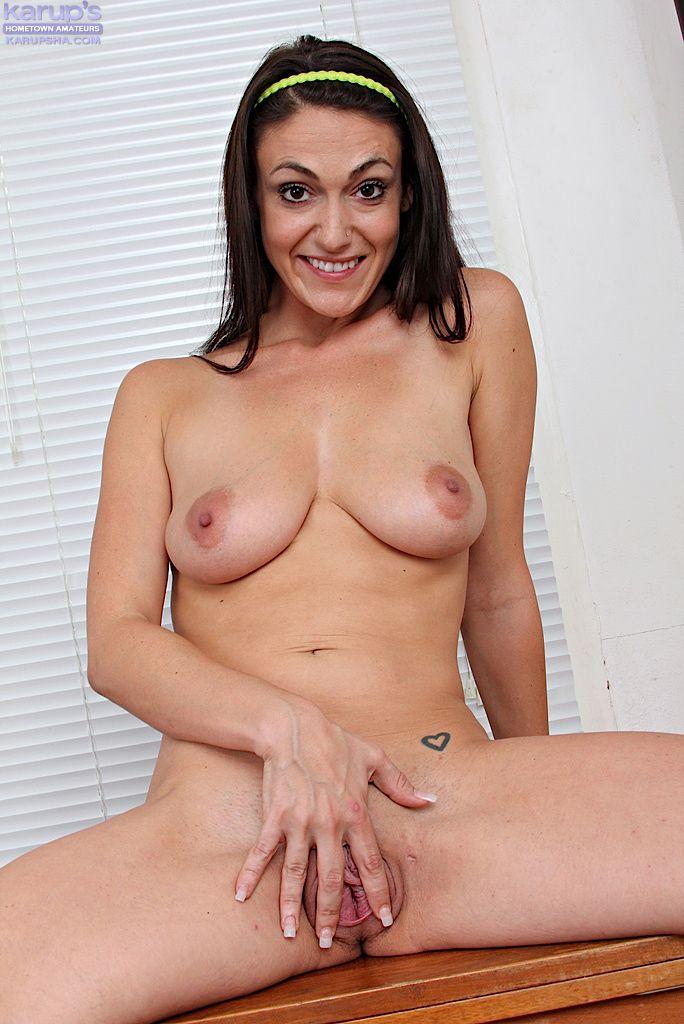 Темноволосая Victoria Love снимает узкие джинсы и показывает бритую киску