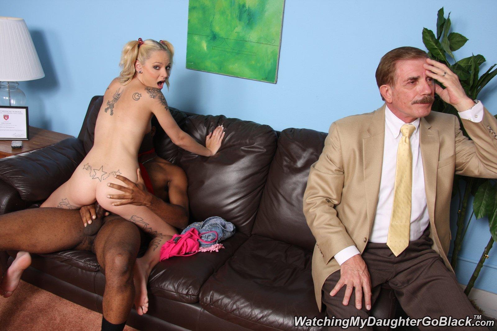 В кабинете психолога двое мужиков наблюдают, как негр имеет кукольной внешности блондинку