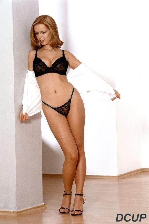Европейская грудастая богиня красоты Renata Daninsky снимает блузку, юбку и нижнее белье