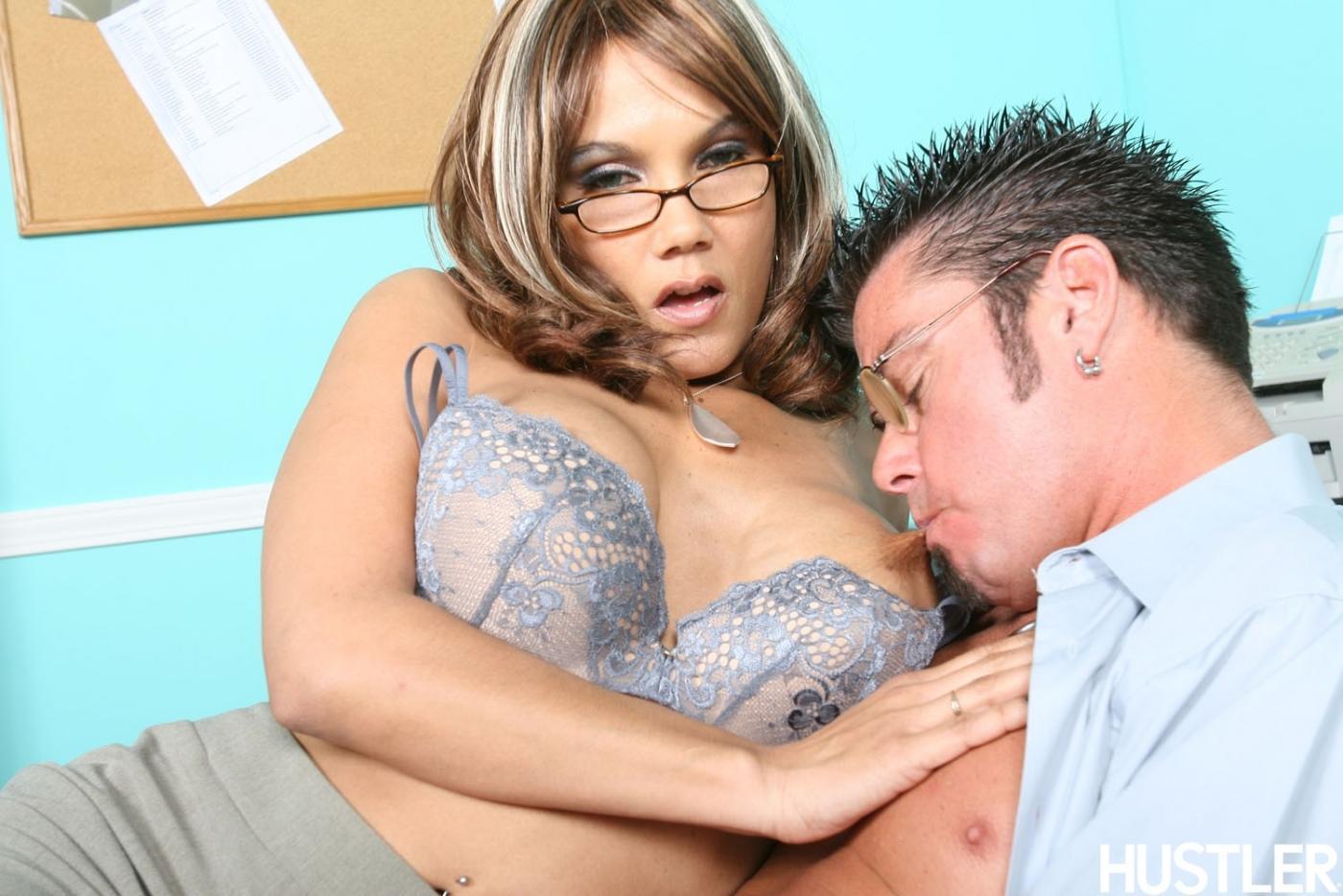 Большегрудая сексуальная офисная леди Anjanette Astoria в очках любовно оседлала хуй