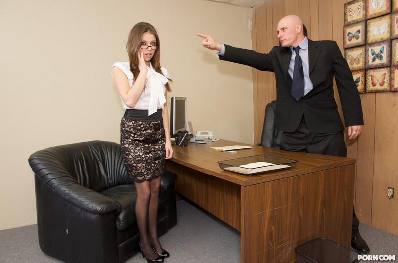 Продажная секретарша в очках Missy Stone ебется в выбритую киску большим стеклянным хуем