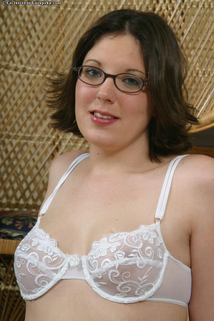 Темноволосая красотка в очках Alexis Jade обнажилась и показала пухлую бритую киску