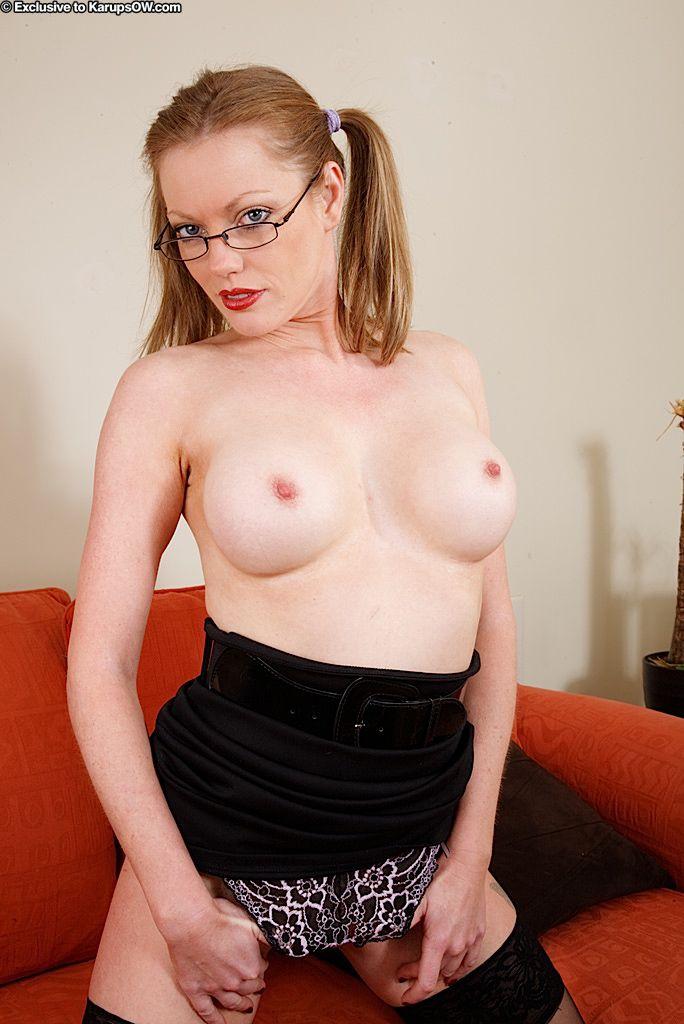 Зрелая сучка с косичками и в очках - Holly Kiss