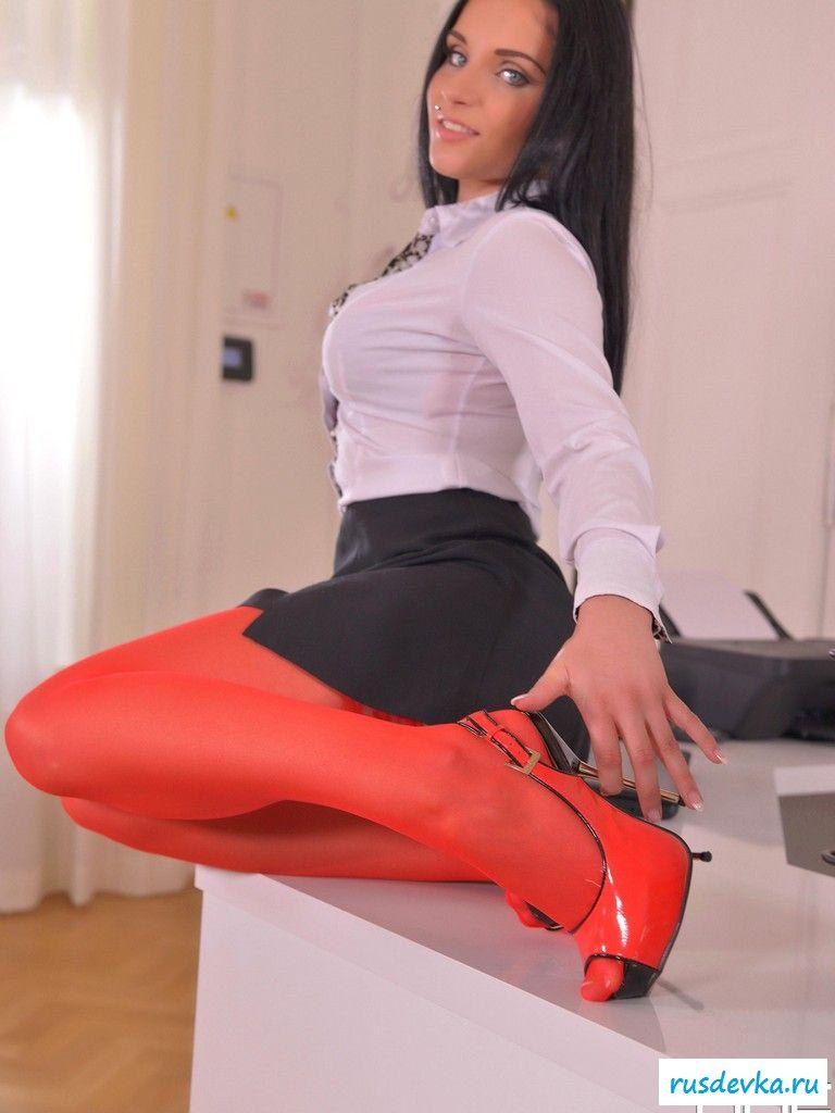 Обнаженная секретарша в нейлоновых колготках на столе