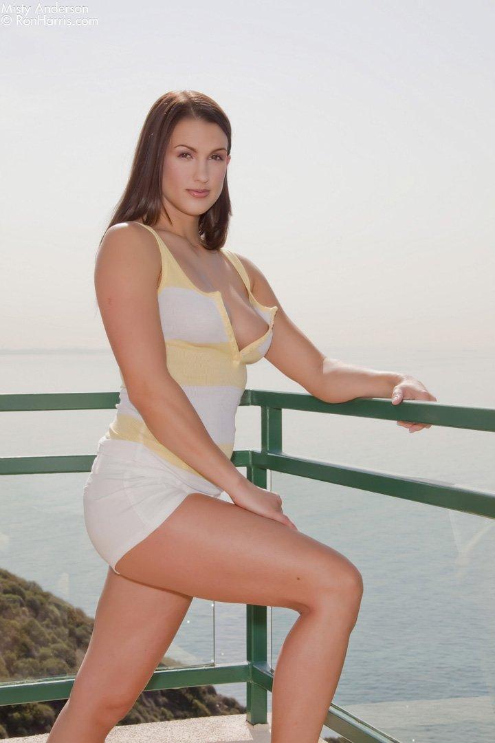 Ослепительная Misty Anderson снимает шорты и показывет секси попку на балконе