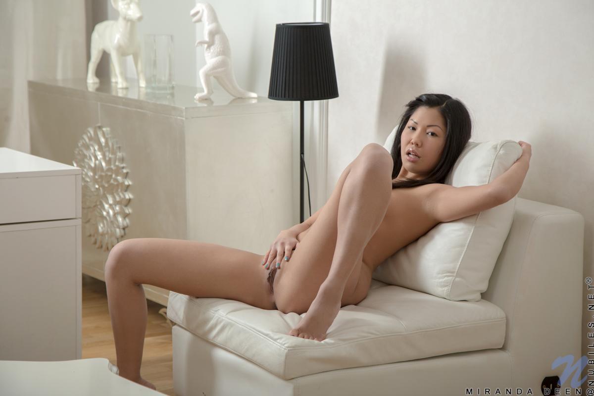 Сексуальная азиатская красотка Miranda Deen эротично играет с розовыми колготками