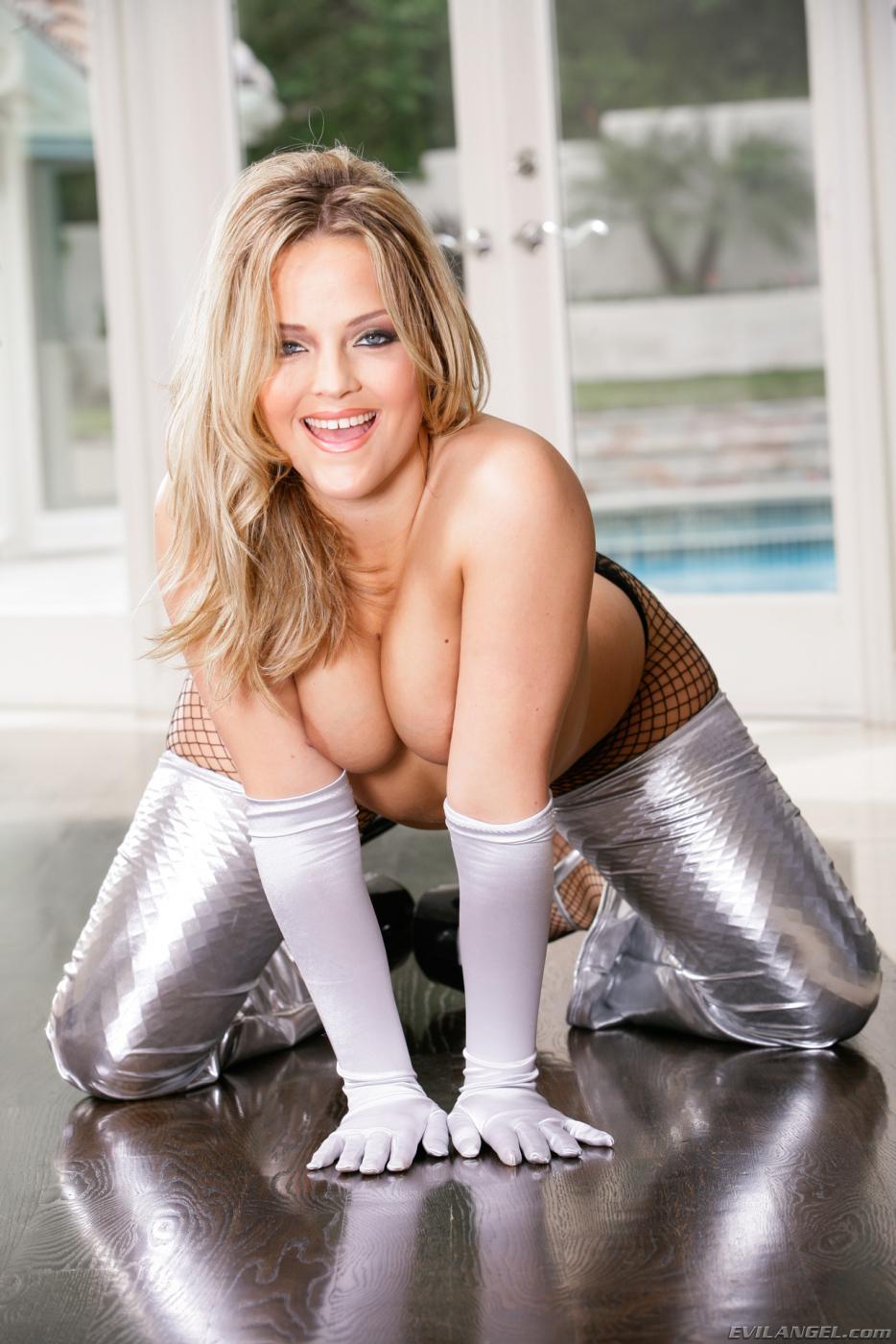 Восхитительная блондинка Alexis Texas показывает свою попку в колготках и без них
