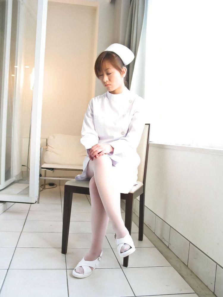 Азиатская красотка Miina Minamoto тлела знойную форму медсестры с сексуальными чулочками и развлекается сама с собой