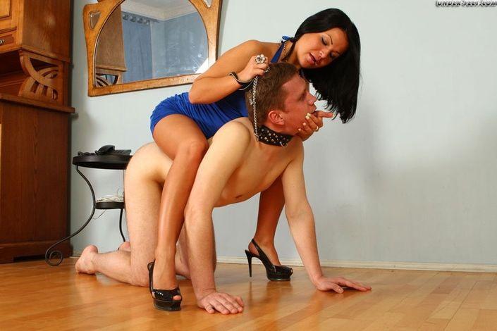 Парень фетишист в ошейнике страстно целует ножки и послушно выполняет все пожелания сексуальной дамочки