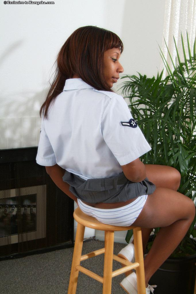 Улыбающаяся негритянка Rane Revere снимает униформу и трусики, а потом показывает киску