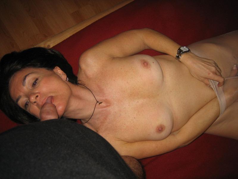 После минета волосатая манда мамки приняла пенис любовника