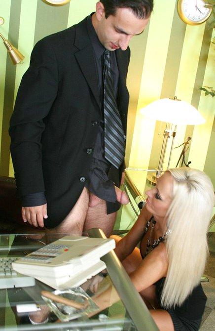Неугомонная секретарша возбуждает шефа
