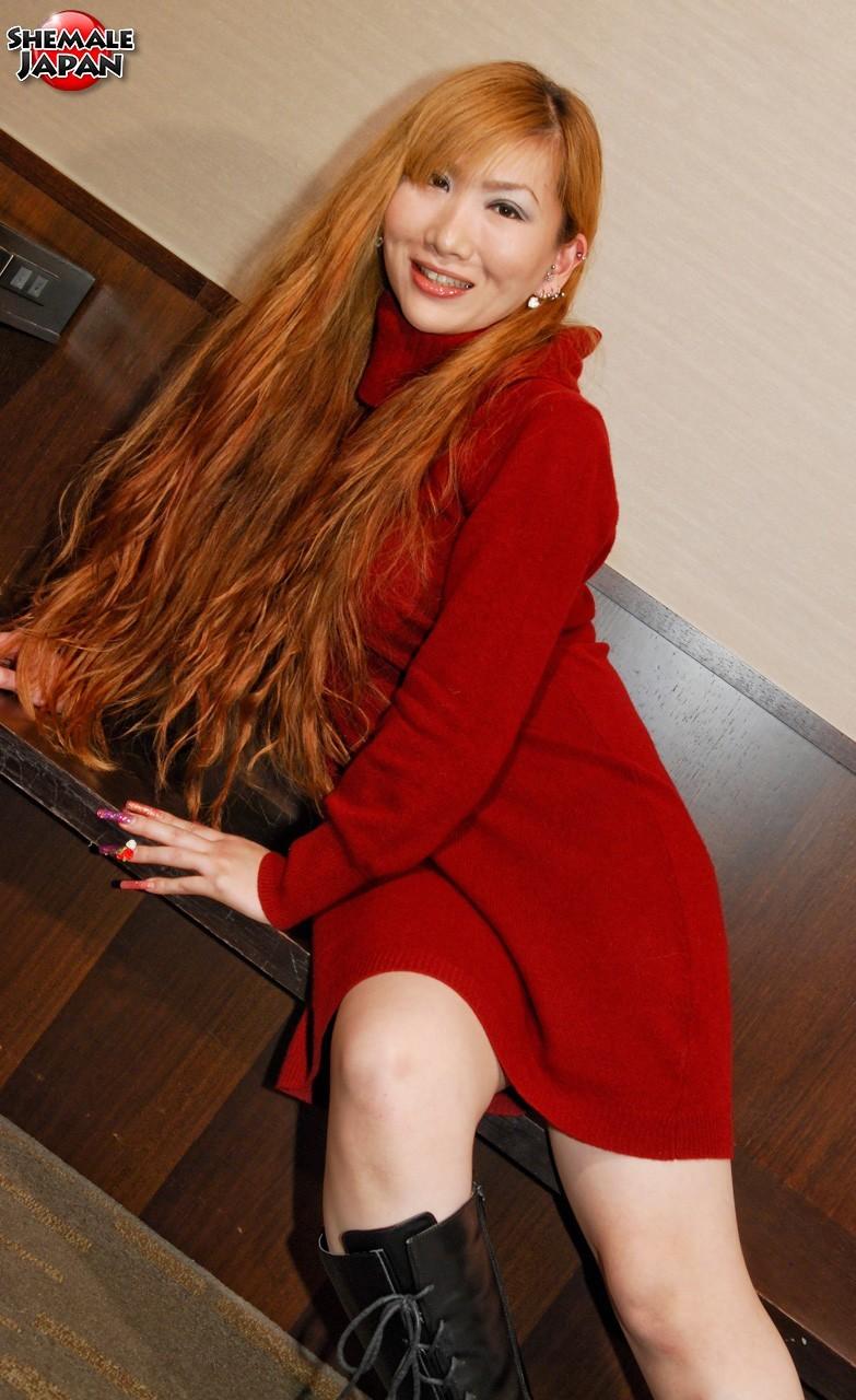 Рыжая азиатка показывает свои прелести