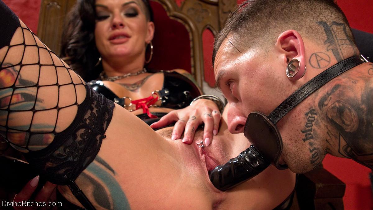 Татиурованная женщина и такой же паренек занимаются оригинальным сексом, где она является доминантом