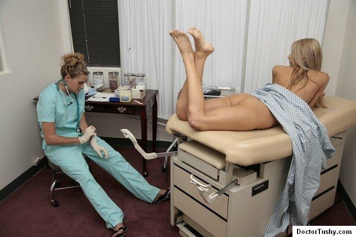 Женщина гинеколог проверила вагину и анус стройной девушки