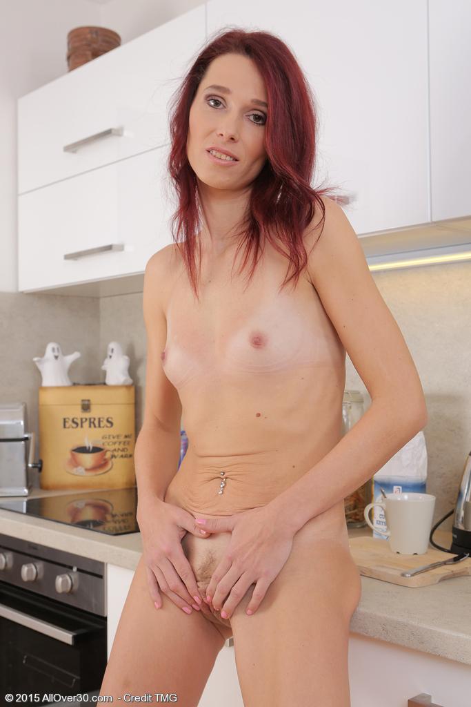 домохозяйка любит кофе на кухне