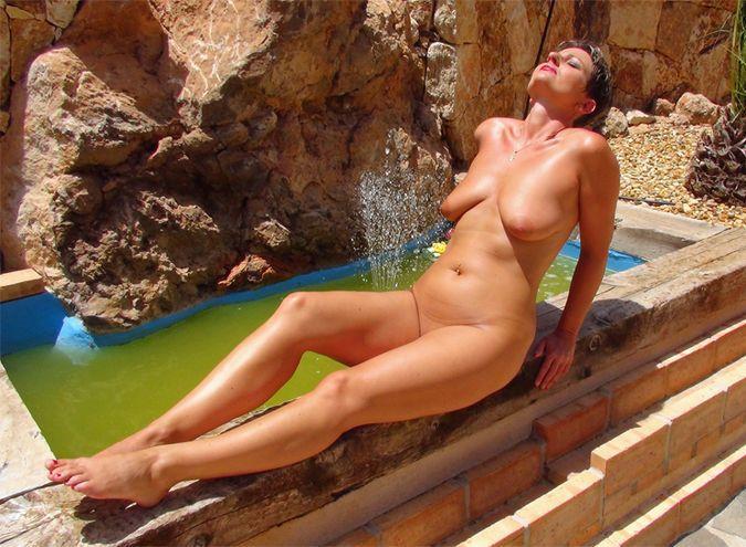 Любвеобильная женщина загорает на курорте