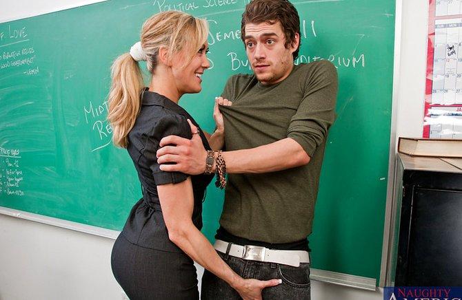 Очаровательная училка ебется со студентом