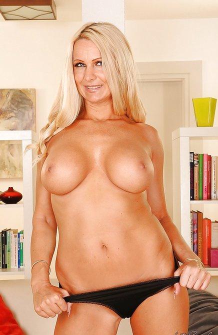 Очаровательная женщина снимает трусики в комнате