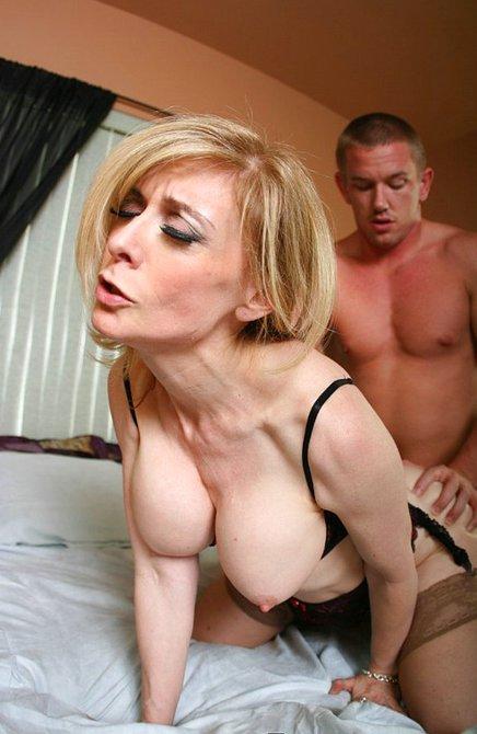 Племяш оттрахал тетю очень грубо на кровати